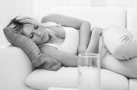 femme malade mal de ventre