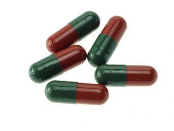 capsules vertes et rouges contenant des poudres médicinales